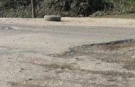 सप्तरीको लोकमार्गमा सडक भत्किएर खाल्टै खाल्टो