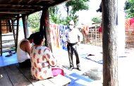 स्वास्थ्य सामाग्री लिएर संक्रमितको घरमा पुगे नगर प्रमुख गौतम